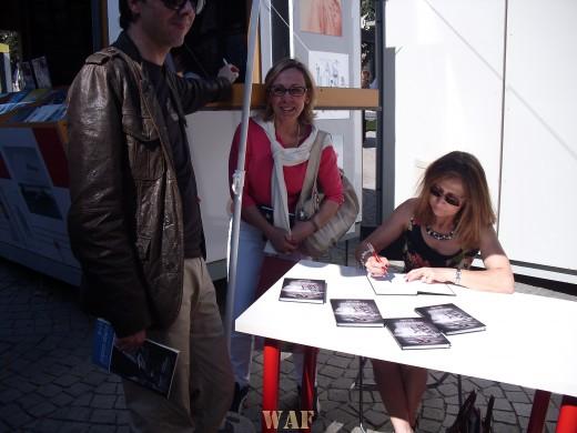 """Sessão de autógrafos na Feira do Livro - Livro """"EM SUSPENSO"""""""